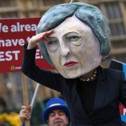 Ein Demonstrant hat sich am Dienstag als Theresa May verkleidet. (Bild: EPA/NEIL HALL)