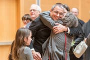 Wolfgang Giella bejubelt seine Wahl zum Gossauer Stadtpräsidenten. (Bild: Hanspeter Schiess, 28. Januar 2018)