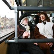 Zwei Fasnächtler unterwegs im Bus auf der Seebrücke. Archivbild: Manuela Jans-Koch