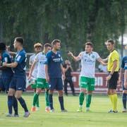 Der aufgebrachte Jordi Osei-Tutu wird von Mitspielern getröstet, während sich Slimen Kchouk erklärt. (Bild: Urs Bucher, 9. Juli 2019)