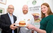 Präsentieren den fleischlosen Burger: Koch Michael Lock, flankiert von Lebensmitteltechnologin Julia Sackers und Green-Mountain-Projektleiter Werner Ott. (Bild: PD)