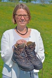 Jolanda Eichenberger kurz vor Beginn ihrer Wanderung noch mit dem ersten, frisch besohlten Paar Wanderschuhe. (Bild: Mario Testa)