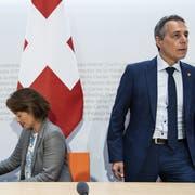 Haben das Heu nicht auf der gleichen Bühne: Staatssekretärin Pascale Baeriswyl und Aussenminister Ignazio Cassis. (Bild: Peter Schneider, Keystone)