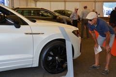 Ernst Vogler aus Sarnen schaut sich ein Hybridauto an.