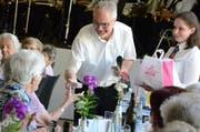 Gemeindepräsident Elmar Metzger gratulierte mit persönlichen Worten und einem süssen «Bettmümpfeli». Bilder: Christine Gregorin