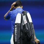 Djokovic macht sich unter Pfiffen auf den Weg in die Garderobe. (Bild: Kkeystone)