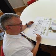 Volksschulpräsident Christoph Kohler und Stellvertreter Samuel Oberholzer mit der Visualisierung des neuen Kindergartens. (Bild: Manuel Nagel)