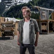 Richard Bucher (Old Shatterhand) vor dem noch nicht fertiggestellten Saloon auf der Freilichtbühne. (Bild: Pius Amrein, Engelberg, 4. Juni 2019)