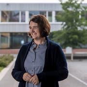 Ramona Gut-Rogger (FDP) auf dem Pausenplatz der Schulanlage Gersag, wo sie Schulleiterin ist. (Bild: Nadia Schärli, 3. September 2019)