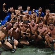 Die Kreuzlinger NLA-Wasserballer feiern im Lido di Lugano nach dem 12:10-Auswärtssieg den Schweizer Meistertitel. (Bild: Francesca Agosta/Ti-Press)