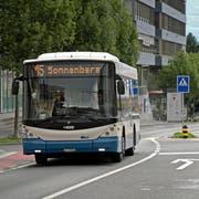 Die Kantonsstrasse in Kriens auf Höhe des Schappencenters mit Bussen der VBL. (Bild: Pius Amrein, Kriens, 26. Juli 2017.)