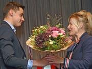 Johannes Furrer, Lungern (Note 5.6) überreicht nach seiner Dankesrede im Namen der jungen Berufsleute der Stiftungsratspräsidentin Brigitte Breisacher einen Blumenstrauss.