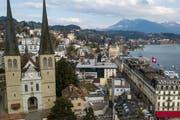 Die ist eines der Wahrzeichen der Stadt Luzern: Die Hofkirche, links im Bild. (Bild: Boris Bürgisser, 27. März 2019)