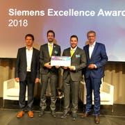 Von links nach rechts: Siegfried Gerlach, CEO Siemens Schweiz, mit den beiden Gewinnern Dominik Hirzel und Andreas Schmid, sowie Moderator Günther Jauch (Bild: PD)
