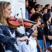Die Asylschule bei einem Platzkonzert mit dem Luzerner Sinfonieorchester auf dem Pausenplatz des Schulhauses Würzenbach. (Bild: Philipp Schmidli (Luzern, 5. Oktober 2018))