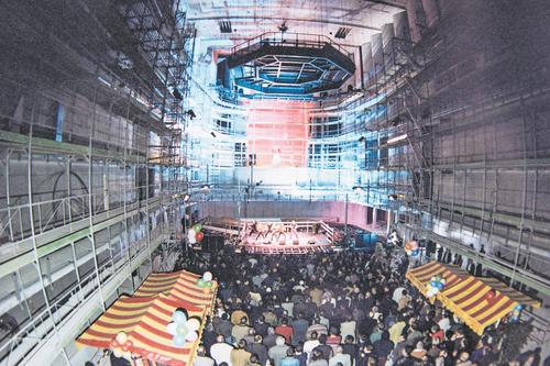 Aufrichtefest des KKL-Konzertsaals am 28. Februar 1997 mit Marktständen aus Nationen, die mit Arbeitern am Bau beteiligt waren (Albanien, Deutschland, Griechenland, Italien, Portugal, Schweiz). Bild: Archiv KKL