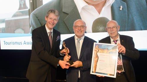 Verkehrsdirektor Marcel Perren (l.) und TFL-Ehrenpräsident Walter Schmid R ehren den umtriebigen Hotelier Fritz Erni (Mitte).