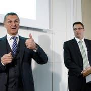 Valiant-Verwaltungsratspräsident Jürg Bucher (links) und CEO Markus Gygax während einer Bilanzmedienkonferenz in Bern. (Bild: Peter Klaunzer, 5. März 2014)