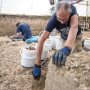 Ein Mitarbeiter der Kantonsarchäologie arbeitet sich vorsichtig zum Boden der keltischen Siedlung vor. (Bild: Pius Amrein, Egolzwil 17. Oktober 2018)