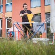 Tobi Gmür ist daheim auch für die Wäsche verantwortlich. (Bild: Boris Bürgisser, Luzern, 12. Juni 2019)