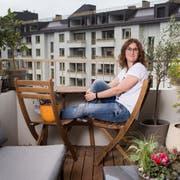 Grosszügig, aber trotzdem gemütlich: Elena Ricci auf ihrem Balkon in der Himmelrich-Überbauung. (Bild: Boris Bürgisser, Luzern 6. September 2019)