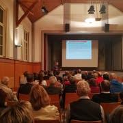 Mirko Spada erklärt das Projekt in der Tägerwiler Bürgerhalle. (Bild: Viviane Vogel)