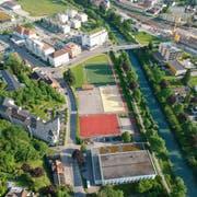 Das Rietstein-Areal – hier soll der Neubau zu stehen kommen – aus der Luft. Unten im Bild: Die Rietstein-Turnhalle. (Bild: PD)