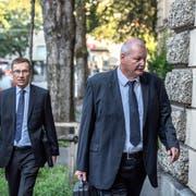Müssen sich noch länger auf ein Urteil des Luzerner Kantonsgerichts gedulden: Polizeikommandant Adi Achermann (links) und Kripo-Chef Daniel Bussmann, hier vor der Verhandlung vom 23. August 2018. (Bild: Pius Amrein)