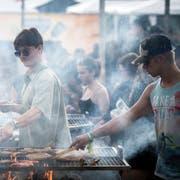Fleisch wenden zur Musik von Eminem: eine der vielen Grillstellen auf dem Campinggelände. (Bild: Reto Martin)