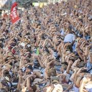 Die Fans feuern die Schwinger beim Eidgenössischen Schwing- und Älplerfest in Zug lautstark an. (Urs Flüeler/Keystone, 25. August 2019)