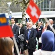 Bundespräsident Ueli Maurer trifft mit Erbprinz Alois von und zu Liechtenstein in Kehrsatz nahe Bern ein. (Bild: KEYSTONE/ Peter Schneider)