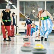 Am Fasnachtsturnier spielen maskierte Teams gegeneinander in der Weinfelder Curlinghalle. (Bild: Reto Martin)