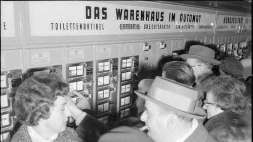 Auch über das neue Konzept des Automatenverkaufs im Oscar Weber staunten die Leute nicht schlecht. (Bild: RDB/Dukas, 1958)