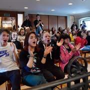 Buhrufe für rechte Politiker und Applaus für linke: 60 Schülerinnen und Schüler während der Klimadebatte im St.Galler Kantonsrat. (Bild: Regina Kühne)