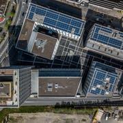 Der Anteil an Solarstrom wächst - wenn auch noch auf sehr tiefem Niveau. Eine Luftaufnahme der Überbauung Mattenhof in Kriens. (Bild Pius Amrein, 25. April 2019)