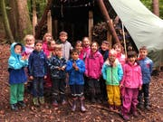 Kindergärtler freuen sich über das Waldsofa «Ratzenhüsli», das wieder steht. (Bild: PD)