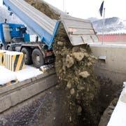 Ein Lastwagen wird in der Deponie Tüfentobel entladen. (Bild: Urs Jaudas, 11. Januar 2010)