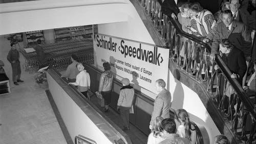 Um erstmals mit dem «Speedwalk», einen Rollteppich von Schindler, zu fahren, standen die Leute im früheren Grands Magasins Innovation in Lausanne stundenlang Schlange. (Bild: RDB/Dukas, 1959)