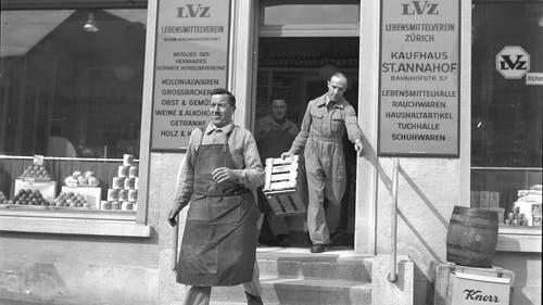 Magaziner tragen Ware in das Kaufhaus St. Annahof in Zürich. (Bild: RDB/Dukas, 1941)