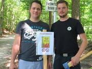 Feuerwehroffizier Stefan Kleger (links) und Timo Rieser, Mitarbeiter Sicherheitsverbund Region Wil, gestern beim Setzen der Verbotstafeln. (Bilder: Richard Clavadetscher)