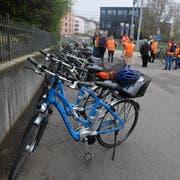 Etappenhalt auf der Journalisten-Velotour mit Behördenmitgliedern beim Altweg.(Bild: Stefan Hilzinger)