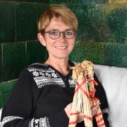 Petra Kohler hält den Julbock in ihren Händen. Er bewacht in Schweden den Weihnachtsbaum vor bösen Geistern. (Bild: Timon Kobelt)