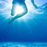 Wenn der Schwimmkurs gut läuft, würde der Mann im nächsten Sommer gerne im Bodensee schwimmen. (Bild: Getty)