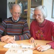 Heinz und Maria Luisa Nüesch, Stiftung Spielraum-Lebensraum, zeigen stolz das Modell vom «Storchennest». (Bild: PD)