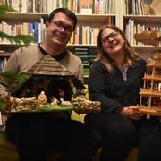 Andreas Barth hat die Krippe aufbewahrt, die ihm schon als Kind so gut gefiel. Seine Frau Tanja Barth erfreut sich jedes Jahr an der Weihnachtspyramide. (Bild: Anina Rütsche)