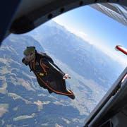 Wie ein Vogel in der Luft: Die Wingsuiter springen aus über 4'000 Metern aus den Flugzeugen. Dank dem speziellen Anzug kann der vertikale Fall in eine horizontale Flugbewegung umgewandelt werden. (Bild: Timon Kobelt)