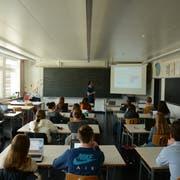 Michael Kellenberger vom Ausserrhoder Amt für Umwelt bringt Schülerinnen und Schülern die Politik rund um den Klimawandel näher. (Bild: Philipp Wolf)