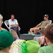 Skirennfahrer Marco Odermatt (rechts) wird im Sporttalk an der Iheimisch von Moderator Christian Graf befragt. (Bild: Edi Ettlin, Buochs, 2. Juni 2019)