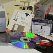Die Generationen externer Speicherträger reichen von der «Floppy-Disk» über die Disk, Magnetband, CD-ROM und DVD bis hin zum Stick mit mehreren Gigabyte Speicherplatz. (Bild: PD)