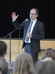 Der deutsche Botschafter Norbert Riedel bei seiner Ansprache in der Aula der Kantonsschule Trogen. (Bild: Claudio Weder)